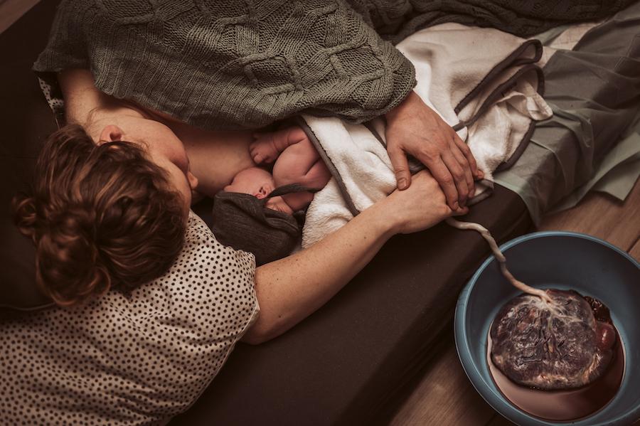Wild Flower Photography - Valeska newborn badbevalling geboortefotograaf familie bevalling zwangerschap kraamzorg kraamhulp