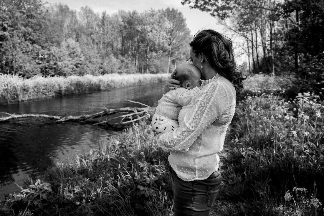 Jong  Puur Fotografie - Wild Flower Photography Valeska newbornshoot borstvoeding  zwangerschap geboortefotograaf hug