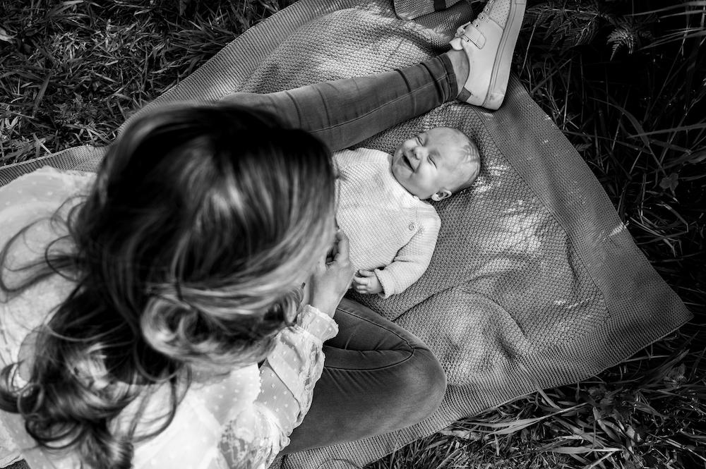 Wild Flower Photography Valeska newbornshoot borstvoeding  zwangerschap geboortefotograaf lachen familie-1